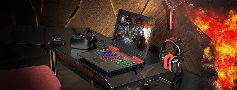 laptop gamingowy na biurku
